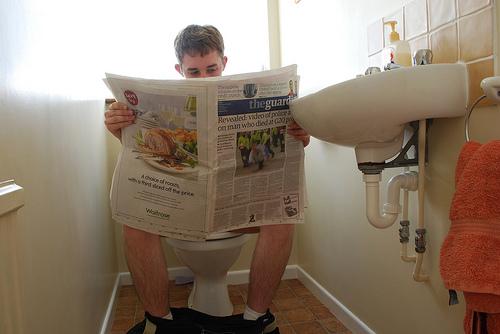 smotret-skrituyu-kameru-v-tualete-ofisa