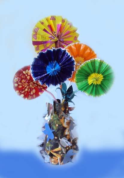Ваза с цветами сделана практически из
