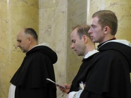 почему монахи носят черные одежды