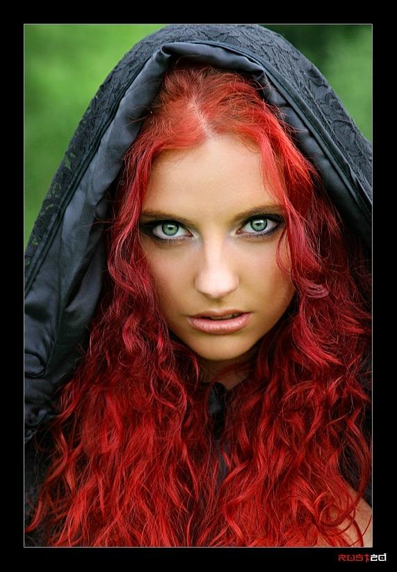 какие глаза и волосы у ведьмы