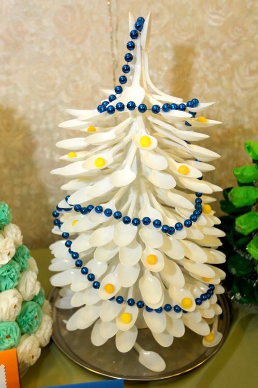 Новогодние поделки из пластиковых вилок и ложек 73