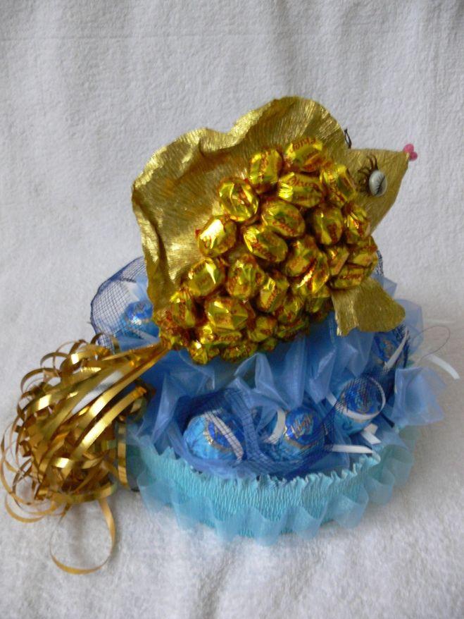 Простой подарок из конфет своими руками для женщин 47