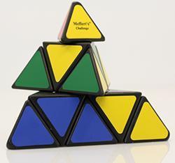 """Строится основание...   """"Пирамидка Рубика """" допускает построение симметричных узоров на гранях, подобно кубику."""