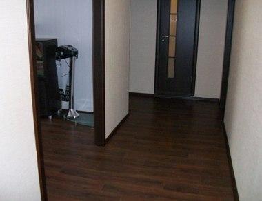 двери венге в интерьере с обоями фото