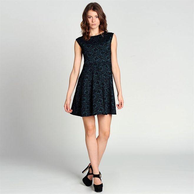 С чем носить приталенное платье