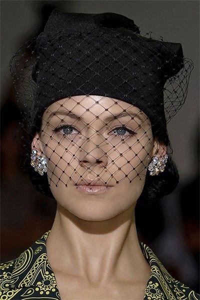Чем украсить вязаную шапку своими руками