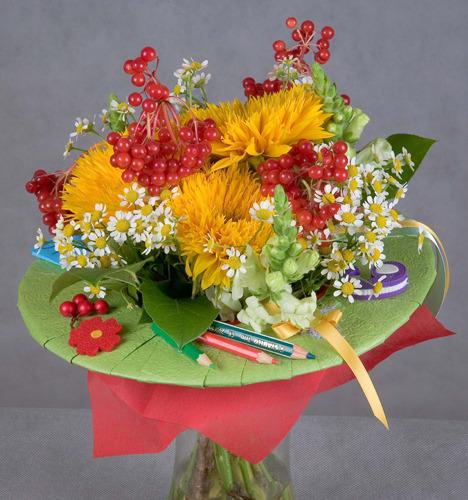 Необычные букеты из живых цветов учителю