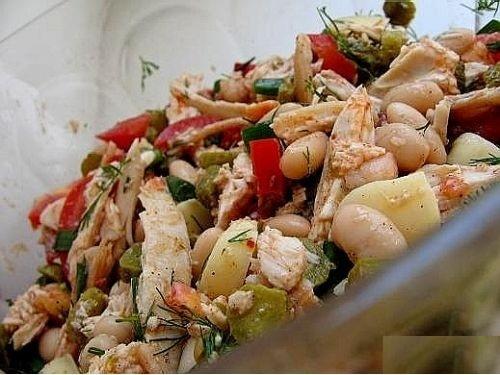 Салат с куриной грудкой и фасолью и сыром