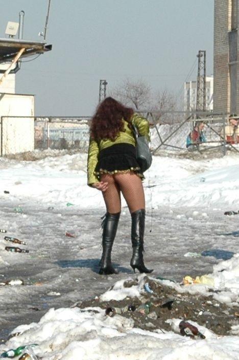 девушка в очень коротких юбке нагнулась