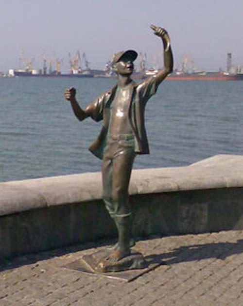 Памятник мальчику рыбаку