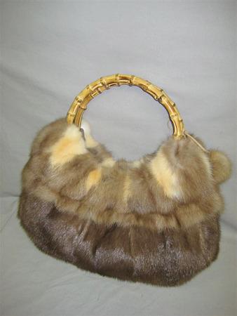 Еще можно...  Двух старых норковых шапок должно хватить на одну новую и стильную сумку.  Фото 1-2.