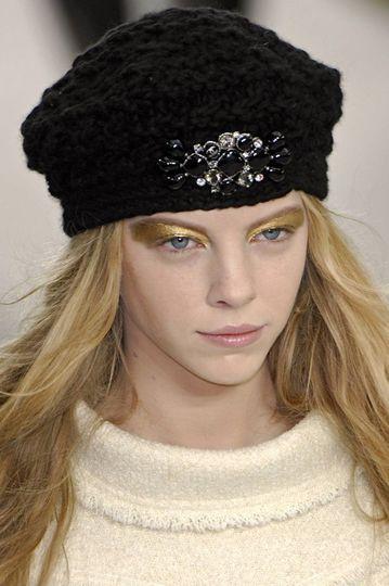 Как украсить вязаную шапочку?