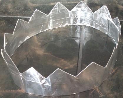 Сделать корону своими руками из подручных материалов совсем несложно, и займет в общей сложности не более получаса.