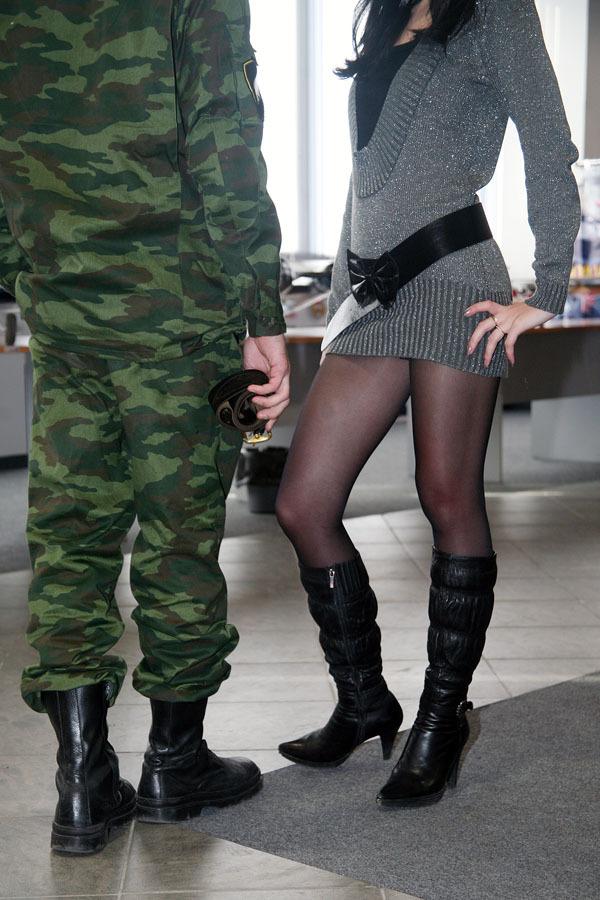 Девушки в военной форме и чулках
