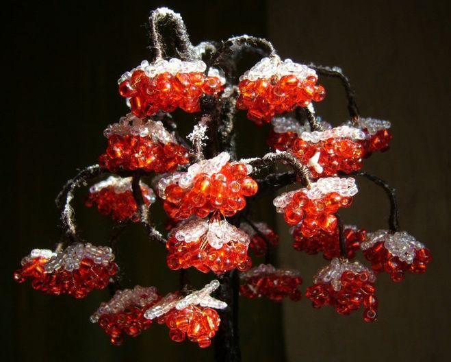 Я тоже увлекаюсь изготовлением деревьев из бисера.  Рябина, сделанная из бисера смотрится просто восхитительно.