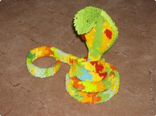 Капюшон кобры, змеи символа 2013 года,собирается отдельно.  Начиная с пяти модулей.  Аналогично полоски в каждом...