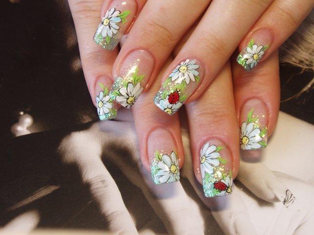Дизайн для ногтей ромашки и