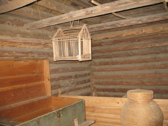 Клетка в кладовке старинного дома