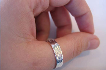 Что означает кольцо на большом пальце